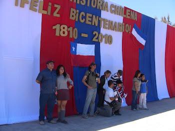 les Chiliens se font photographier devant la banderolle officielle