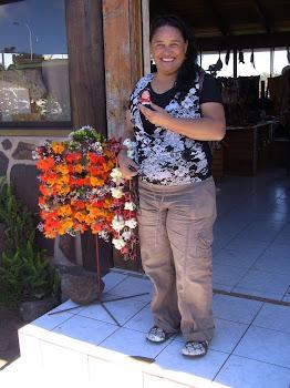 Marta devant des colliers de fleurs
