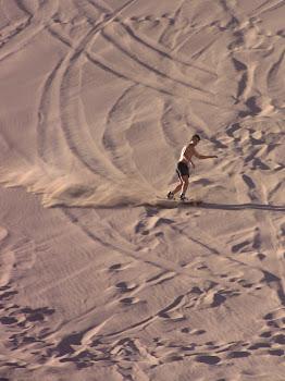 surfeur sur les dunes de l'Atacama