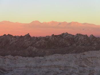 dégradé de couleurs sur le désert d'Atacama et les volcans de la cordillère
