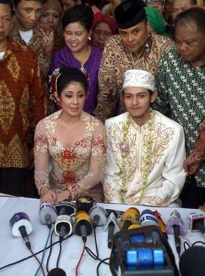 Foto Eksklusif 3 Pernikahan  Risty Tagor-Rifky Balweel