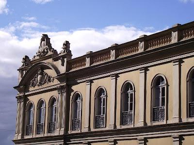foto do detalhe da fachada do Mercado Público de Porto Alegre