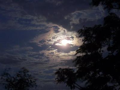 crepúsculo com luar na primavera em Porto Alegre