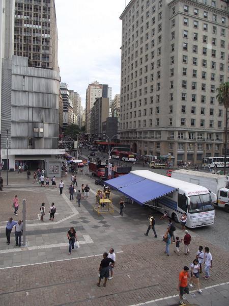 avenida borges de medeiros, no centro histórico de porto alegre, apresentando o Largo Glênio Peres, o edifício guaspari e o edifício da antiga companhia união de seguros s/a