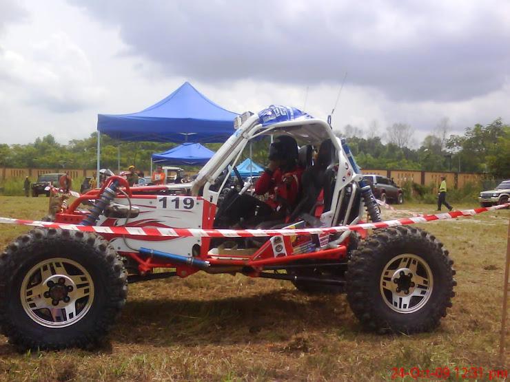 salah satu peserta dari Thailand ..dgn kenderaan 4 x 4 Buggy