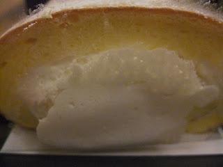 GOKOKUの北摂「純生」プレミアムロールケーキのはみでたクリーム