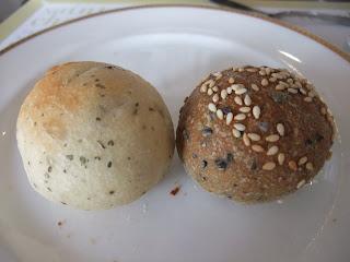 ベーカリーレストランサンマルク 高槻店のハーブパンと胡麻パン