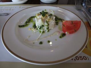 ベーカリーレストランサンマルク 高槻店のバジルとオリーブオイルのソースのかかったマッシュポテトとトマトの前菜