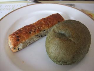 ベーカリーレストランサンマルク 高槻店のごまスティックとヨモギパン
