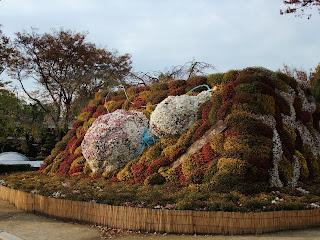 大阪城の菊花展の菊の築山2009