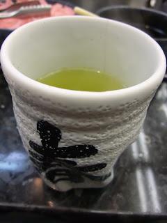春駒のお茶と湯のみ