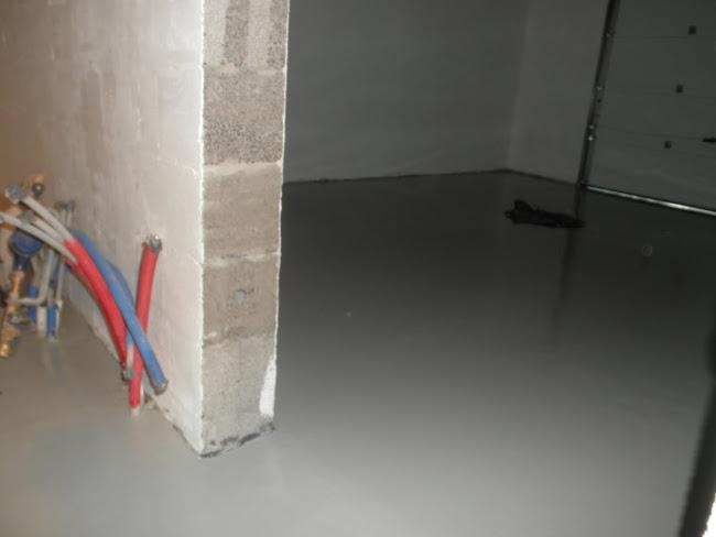 Autotallin lattia