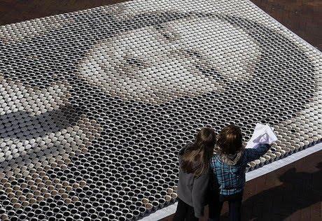 Monalisa feita com copos de café