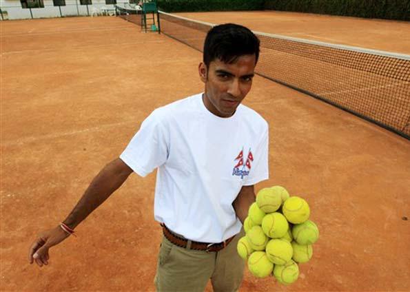 O maior número de bolas de tênis com apenas uma mão por mais tempo