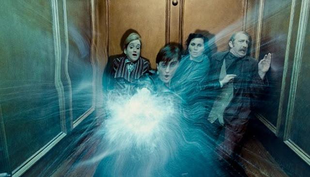 Harry lança magia em Harry Potter e As Relíquias da Morte - parte 1