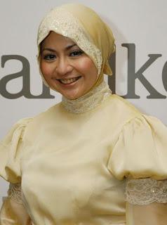 Sarah Vi Si inem pelayan seksi mengenakan jilbab artis indonesia gosip