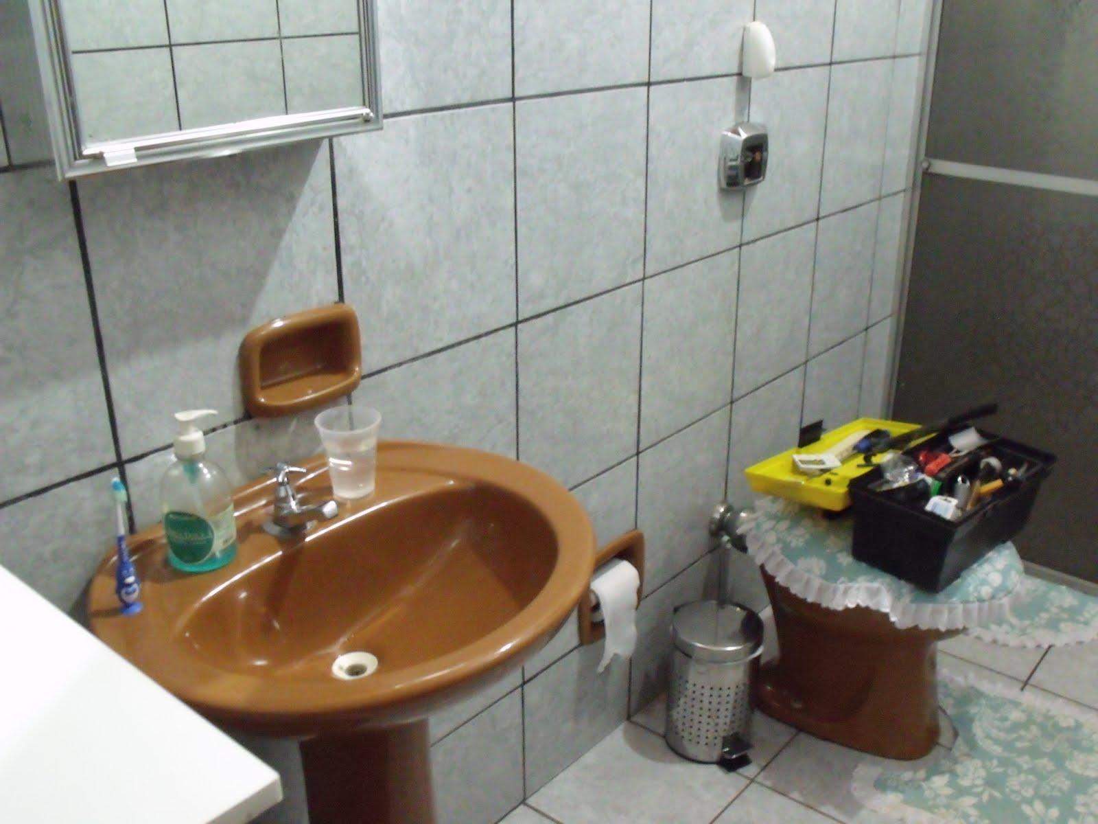 Olha o requinte das louças O que me consola é que em algum  #6D4124 1600x1200 Banheiro Antigo O Que Fazer