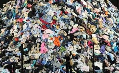 ropa para donar tirar la ropa donaciones ropa amontonada