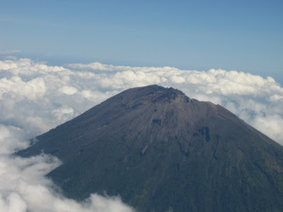 http://1.bp.blogspot.com/_rMUV-rkWrY4/S75xV-exedI/AAAAAAAAABo/fAz-UvRwvDI/s1600/gunung-agung_-source-www-bali-tourism-board-com.jpg