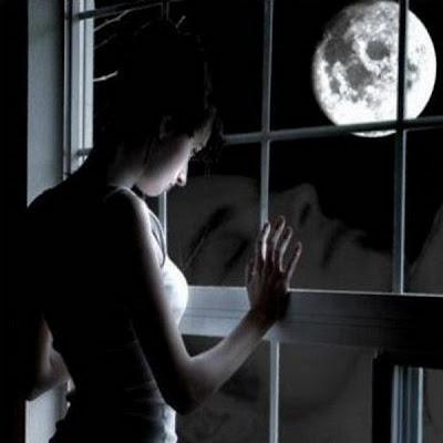 mirando-por-la-ventana-la-luna-en-la-noche