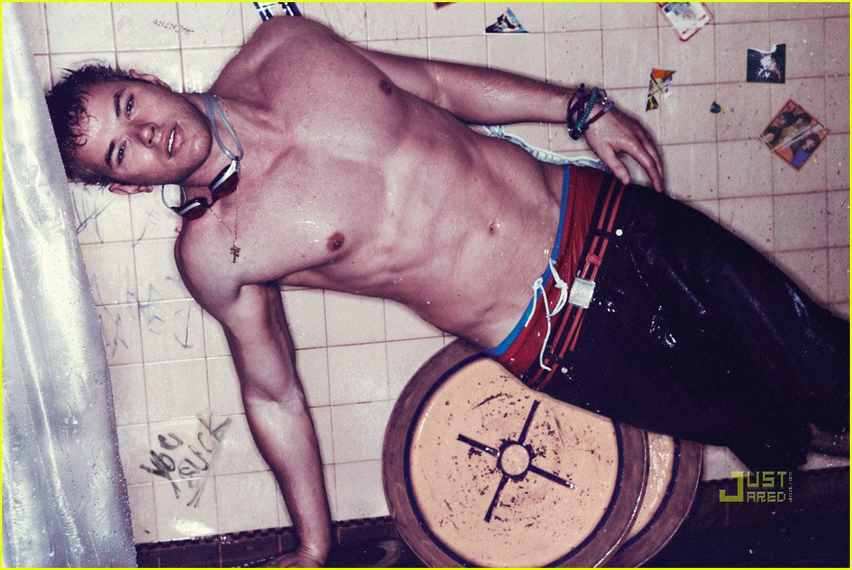 http://1.bp.blogspot.com/_rQHTUoyDmL0/S8X10CQ9guI/AAAAAAAAEhQ/OSOTFjGjKu4/s1600/kellan-lutz-shirtless-interview-magazine-01.jpg