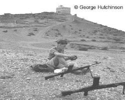 جندي بريطاني في حالة استرخاء بعد انها فترة حراسته على الحدود مع اليمن الشمالي 1960م