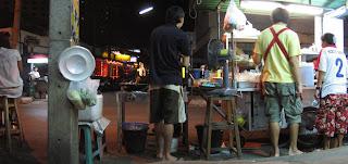 Chiringuito para cenar en la calle en Chiang Mai