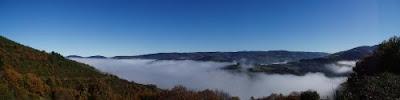 Valle del Navia en As Nogais cubierto de niebla