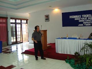 Yono C. Raharjo saat menyampaikan makalah