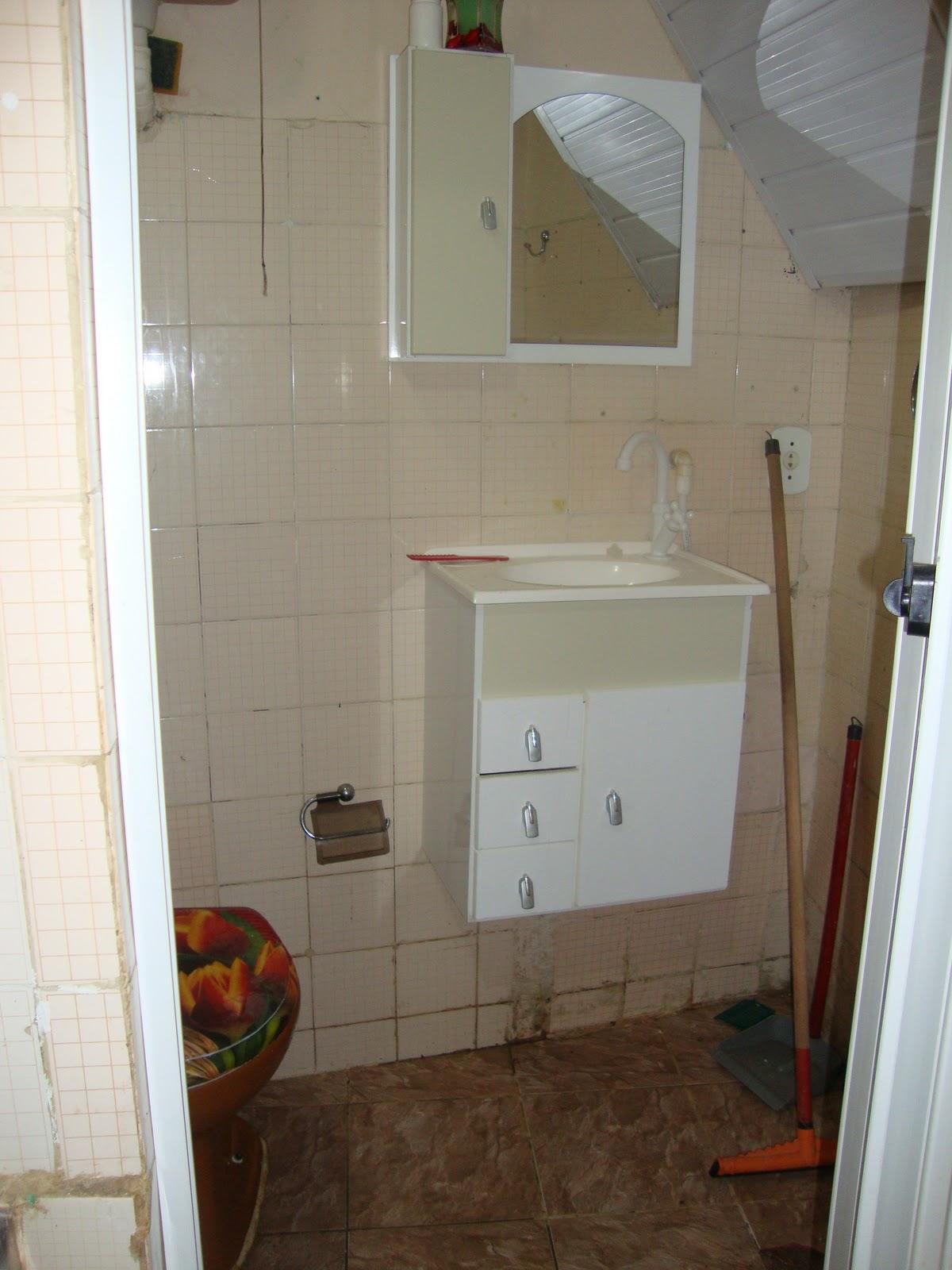 Esse é piso do chão o antigo morador que trocou não é tão ruim  #3E2B1C 1200x1600 Armario Banheiro Tigre