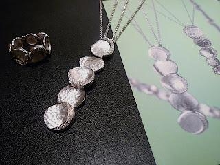 Vendorafaの職人技の光るペンダントネックレスとリングが素敵です。