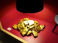 金塊のようなオブジェです。