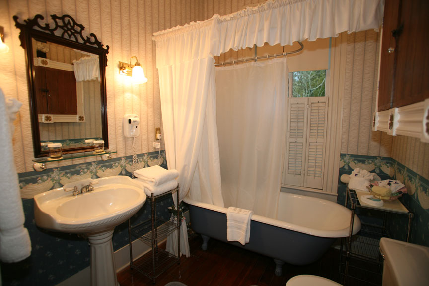 Lifestyle decorating a modern victorian bathroom for Decorated bathrooms photos