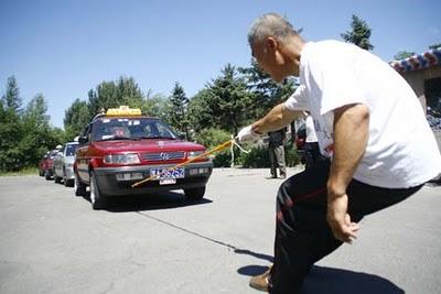 Pria China Menarik Mobil Dengan Sati Jari ( Ajaib ! )