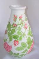 Decoupage de rosas sobre florero de barro pintado en blanco