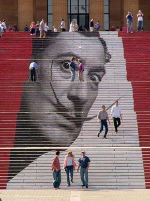 Escaleras estampadas con la imagen de Salvador Dalí