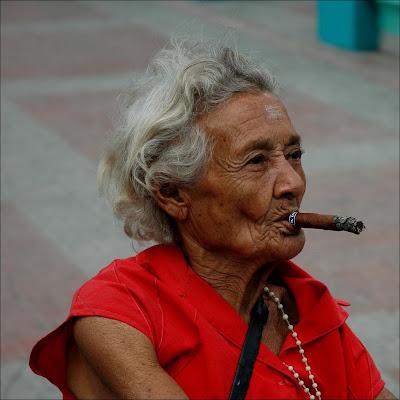 http://1.bp.blogspot.com/_riWXlerObcA/SHhsmfp9AyI/AAAAAAAAAVo/YH_aI9Pw6nM/s400/Mujer+fumando.jpg
