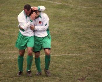 L'abbraccio a Frank Di Siena dopo il suo goal incredibile.