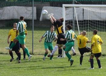Il portiere del Brivio si salva su un calcio d'angolo.