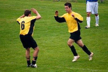 Luca Carozzi si congratula con Johnny dopo il suo goal.