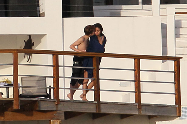 justin bieber and selena gomez hawaii kissing. justin bieber selena gomez