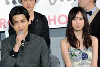 Shota respondendo e Erika simpática ouvindo