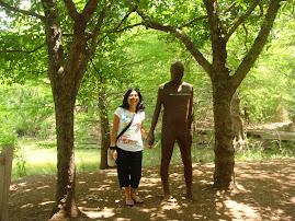 En el Jardin Botanico, junto a una estatua de hombre, paseo que hicimos junto a her. de...