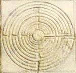 Nel campanile del Duomo di Lucca, il labirinto e il testo incisi