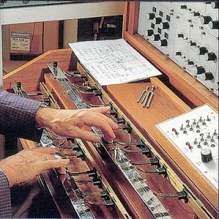 Oskar Sala interpretando una pieza con el doble control manual del mixturtrautonium transistorizado