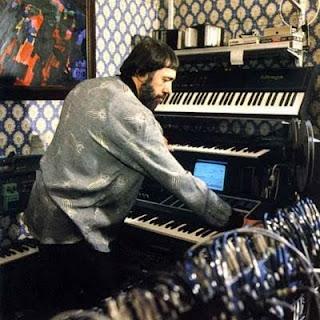 Edward Artemiev componiendo en su estudio de Moscú