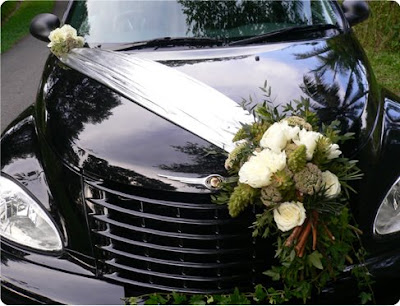 Car Decor Parking the bouquet at the side adds chic to the wedding car will