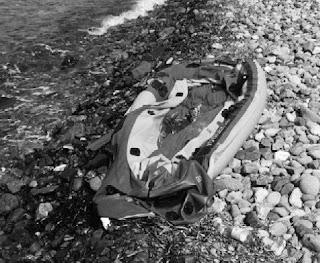 Un gommone sgonfiato su una spiaggia, foto tratta dal rapporto Pro Asyl