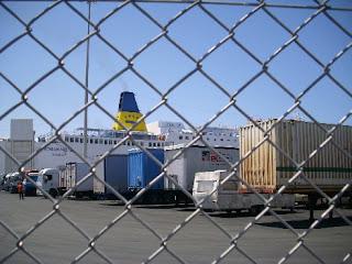 I camion parcheggiati al porto di Patrasso