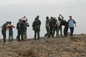 Migranti africani perquisiti dalla polizia algerina nel deserto